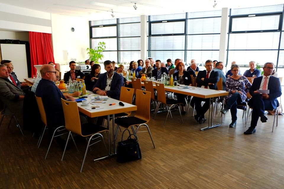 Rund 50 Interessierte kamen zu den Expertenvorträgen mit anschließender Diskussionsrunde in die Mehrzweckhalle nach Kemnath. Unter ihnen war auch Bürgermeister Werner Nickl (rechts im Bild).