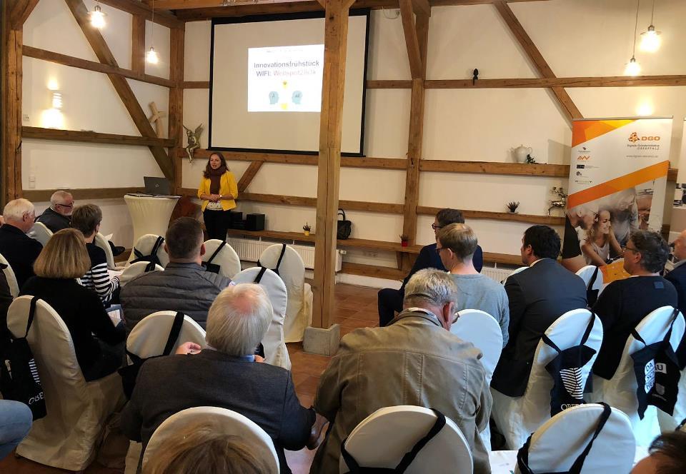 Lucie Valentová vom Beratungsbüro Oberpfalz begrüßt die Teilnehmer beim 3. Innovationsfrühstück