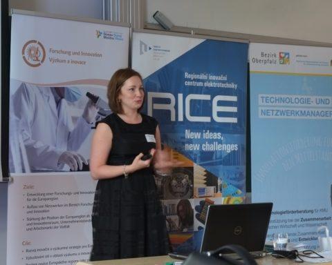Lucie Valentová, Technologie- und Netzwerkmanagerin , Beratungsbüro Oberpfalz, stellte ausgewählte Förderprogramme, das Angebot und das Team der Beratungsbüros vor.