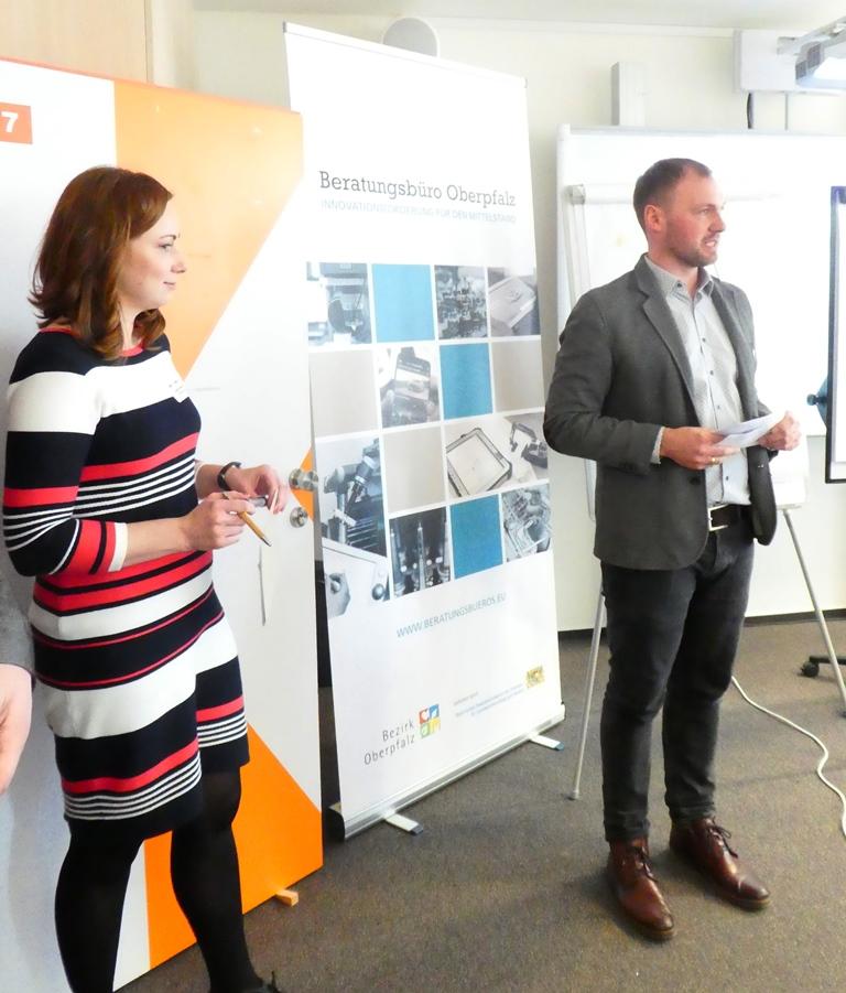 Lucie Valentová und Michael Zankl vom Beratunsgbüro Oberpfalz bei der moderierten Diskussion