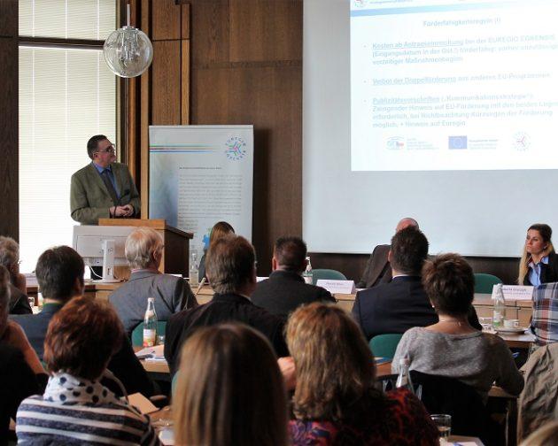 Herr Dietz stellt den Anwesenden das EU-Förderprogramm INTERREG A für den bayerisch-tschechischen Grenzraum vor.