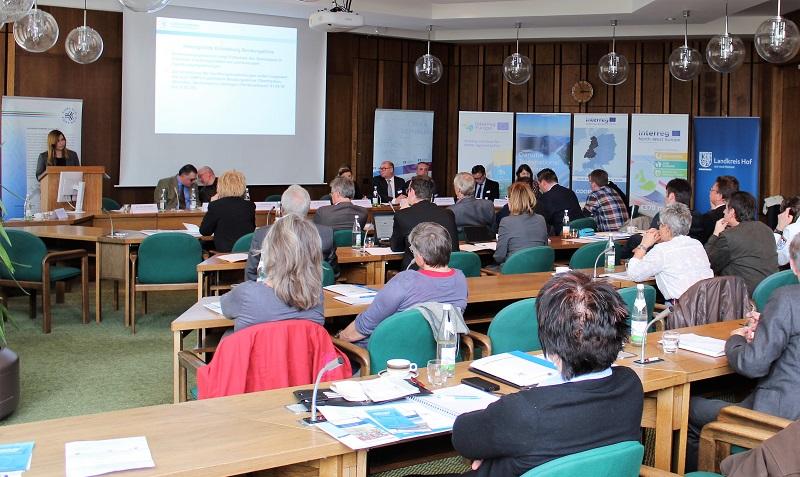 Frau Dr. Schäffler informiert die Teilnehmer über grenzüberschreitende Projekte in den Themenfeldern Tourismus und Bildung.