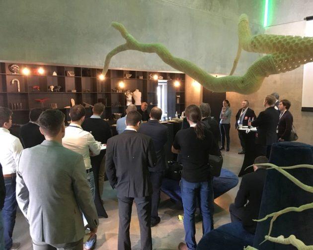 Carl Fruth, Vorstandsvorsitzender der FIT AG, präsentiert den Netzwerkpartnern die Leistungen seiner Firma im Bereich additiver Fertigung